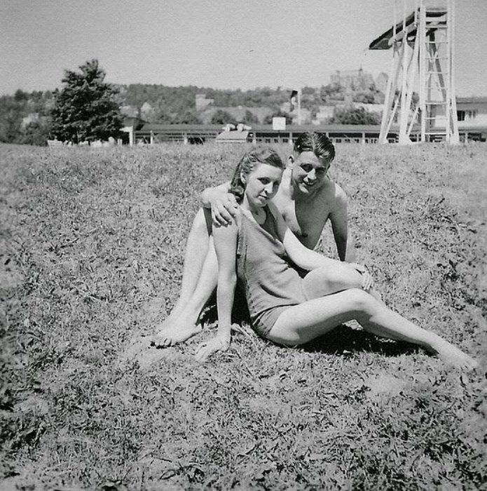 Солдат Вермахта провел выходной с девушкой у бассейна.