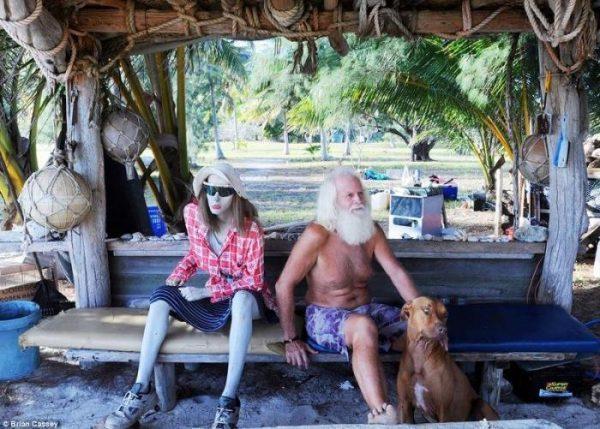 Мужчина, который живет один на острове