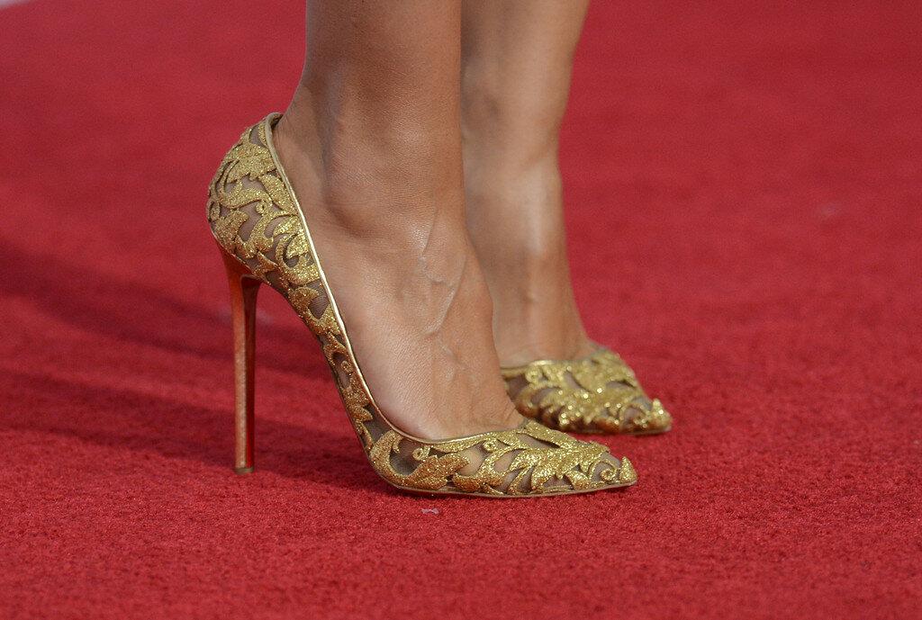 Хайди Клум в золотых туфлях. /Фото: pictures.stylebistro.com