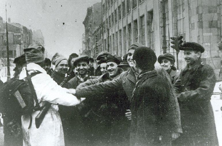 """Освобожденная Европа встречает советского """"зверя"""""""