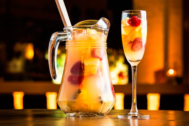 Разливаем сангрию по бокалам вместе с кусочками фруктов и угощаем любимого