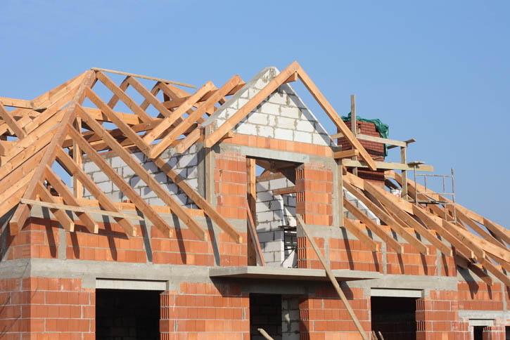 Поэтапное строительство дома: возведение крыши