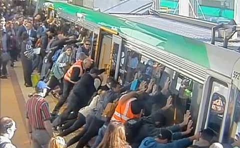 Ради спасения мужчины пассажиры метро подняли поезд