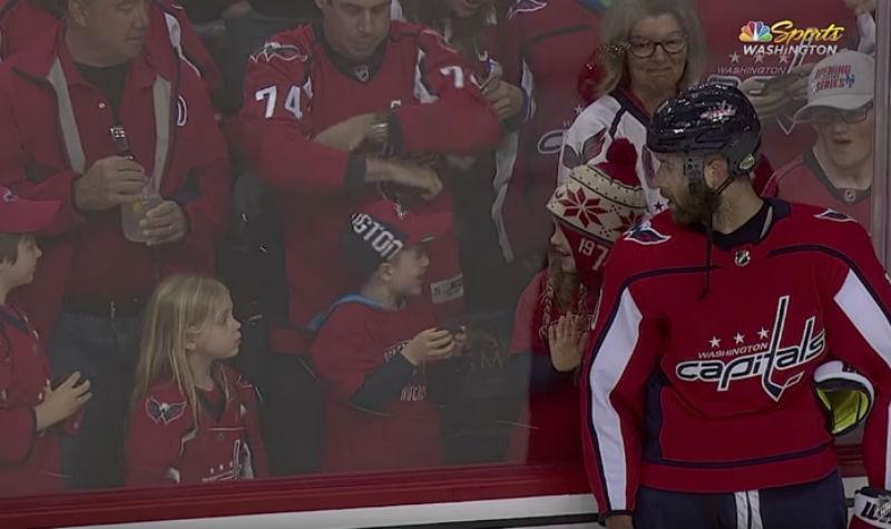 Хоккеист НХЛ упорно пытался подарить маленькой девочке шайбу. Получилось с третьего раза