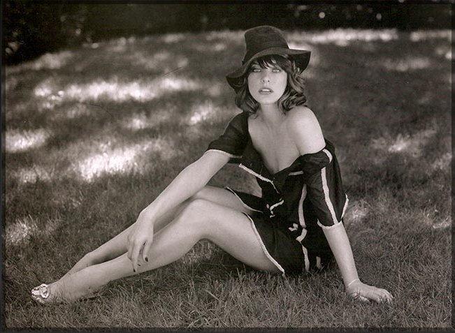 milla jovovich, Богдановна Йовович, актриса, трава, фото, обои, картинка #378619 - <a href=