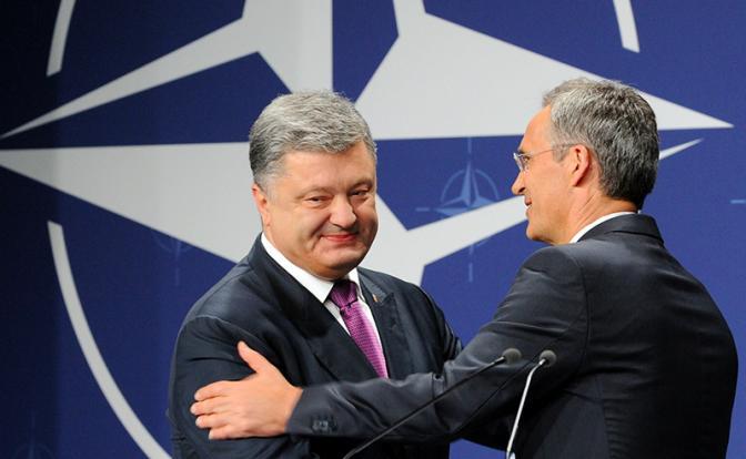 Порошенко на саммит НАТО зовут как бедного родственника