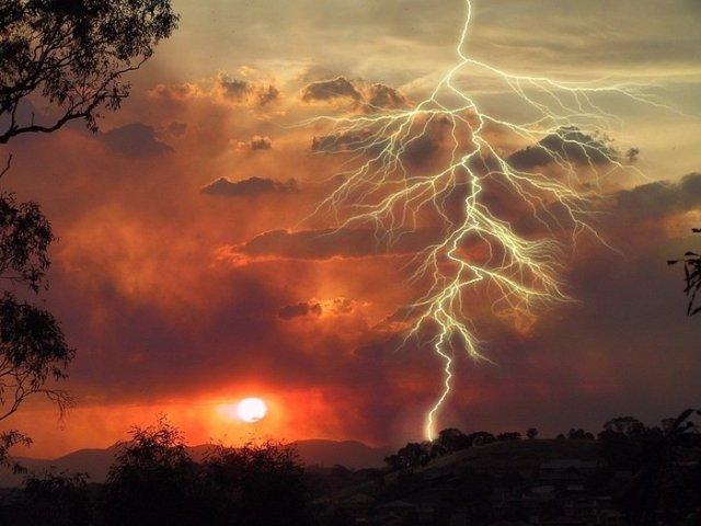 Молния на фоне заката