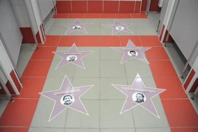 Пол туалета на Киевском вокзале Москвы оклеили портретами известных музыкантов, актеров и журналистов, осудивших российскую политику в отношении  Украины.