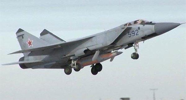 """Российский истребитель МиГ-31 с гиперзвуковой ракетой """"Кинжал"""""""