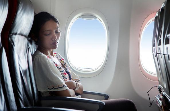 Ученые назвали опасность от сна в самолете