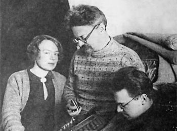 На фото: Лев Троцкий, его жена Наталья и сын Лев в ссылке в Алма-Ате, 1928 г.
