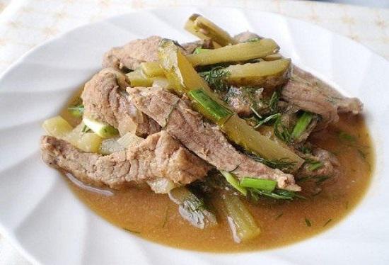 Готовим новое блюдо для родных — говядина в остром соусе с маринованными огурцами