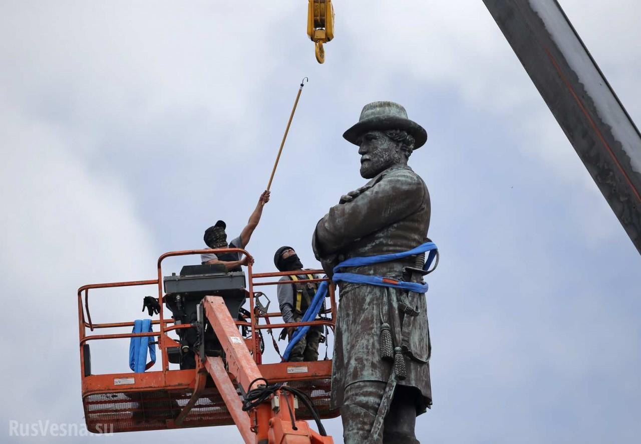 В США сносят памятники: кому мешает история?