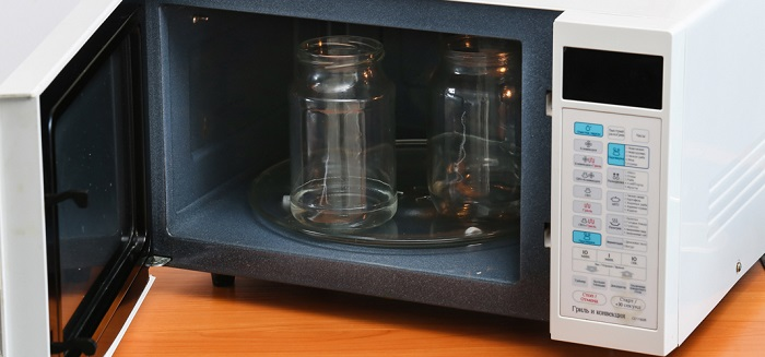 Стерилизация банок в микроволновке займет несколько минут. / Фото: homius.ru