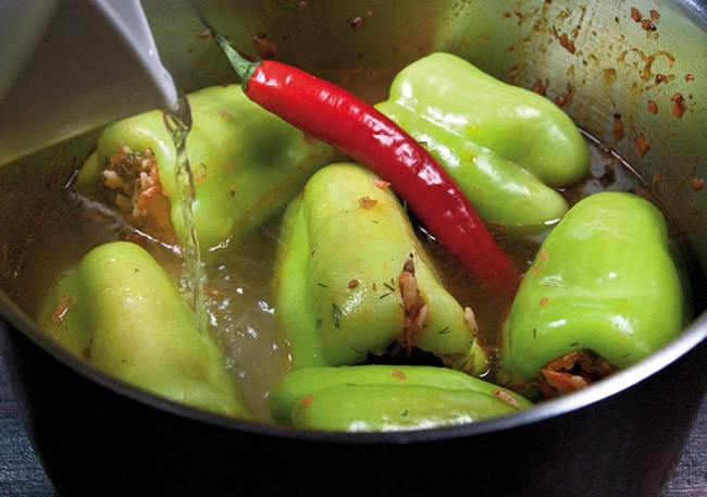 добавление воды в перцы, фаршированные рассыпчатой начинкой