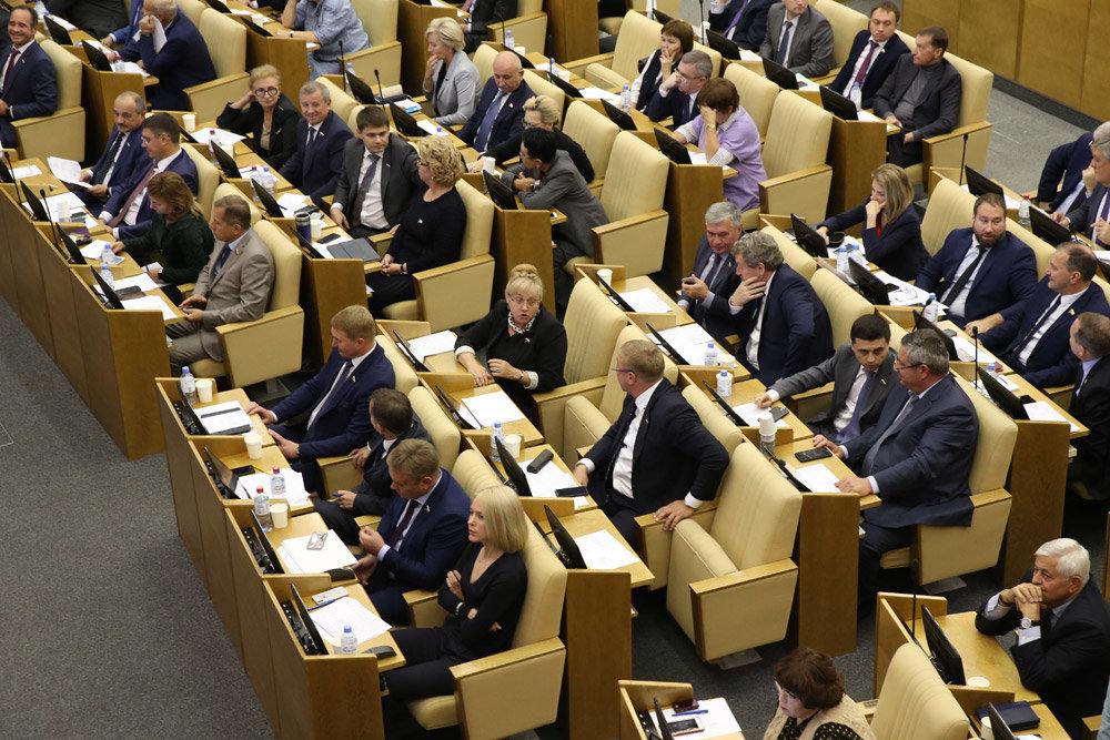 ГД приняла закон о добровольном отказе депутатов от надбавок к пенсиям