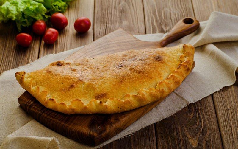 Закрытая пицца «Кальцоне» с грибами и мясом