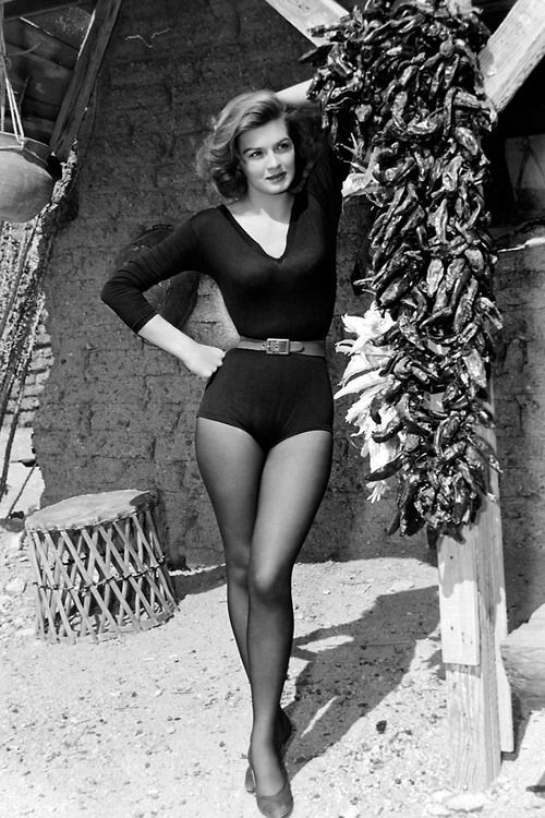 """Энджи Дикинсон на съемках фильма """"Рио Браво"""" (1959)."""