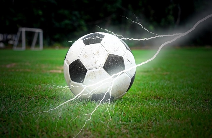 Удар молнии повалил футболис…
