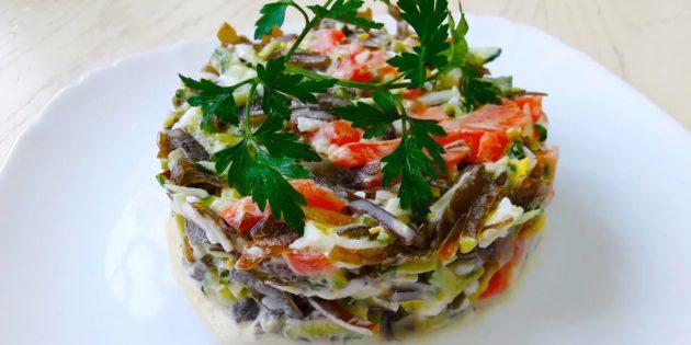 Рецепты: Салат из морской капусты с сёмгой, яйцами и огурцами