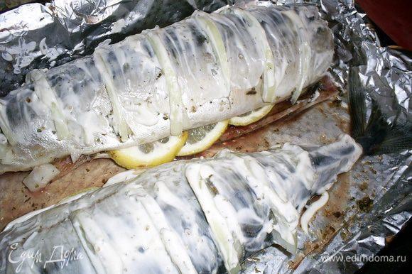 Сверху обмазываем рыбку майонезом или сметаной (кто что употребляет), можно дополнительно посыпать приправой для рыбы. Выкладываем на противень, застеленный фольгой в два слоя. Запекаем в разогретой до 200 градусов духовке 25-30 минут до красивого золотистого цвета. Приятного аппетита!