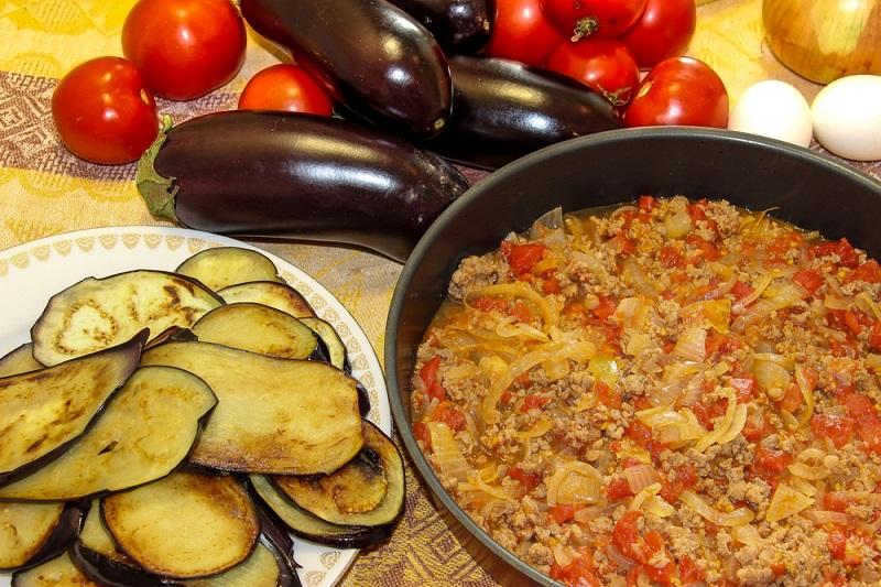 Слоеная греческая запеканка — южная гостья на твоей кухне. Сытно, вкусно и необычно.