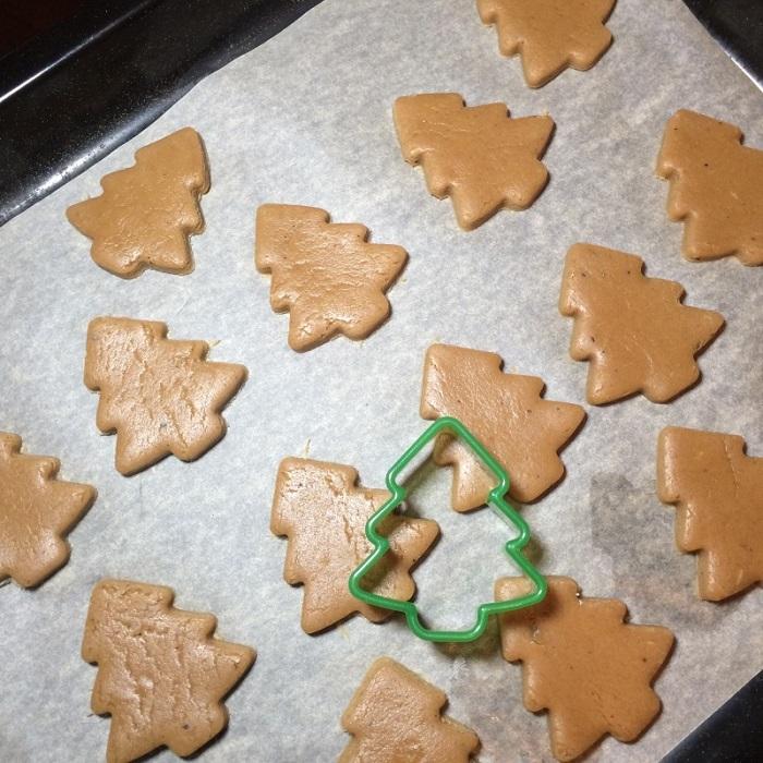 Печенье нужно вырезать на противне. / Фото: elenakorchagova.ru