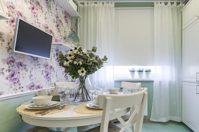 Рулонная штора и тюль в кухне