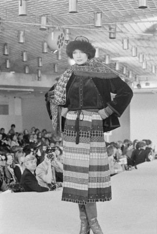 В 1976 году Модный дом Yves Saint Laurent представил женскую коллекцию осень-зима 1976/1977 в русском стиле