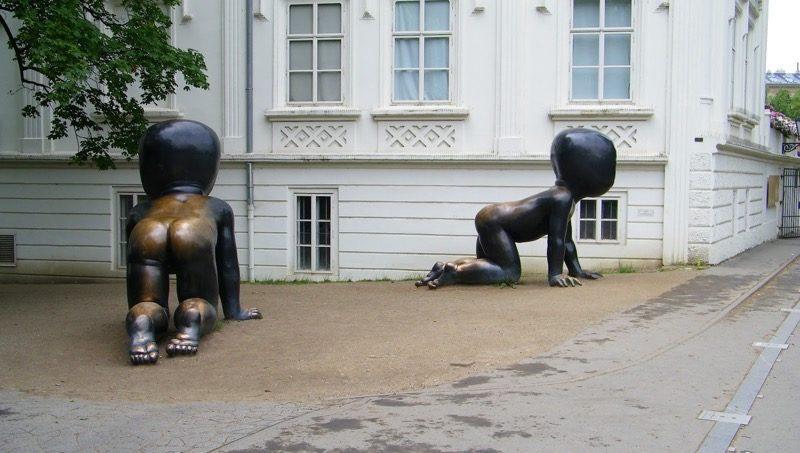 Необычные памятники Праги. Скульптура «Младенцы»