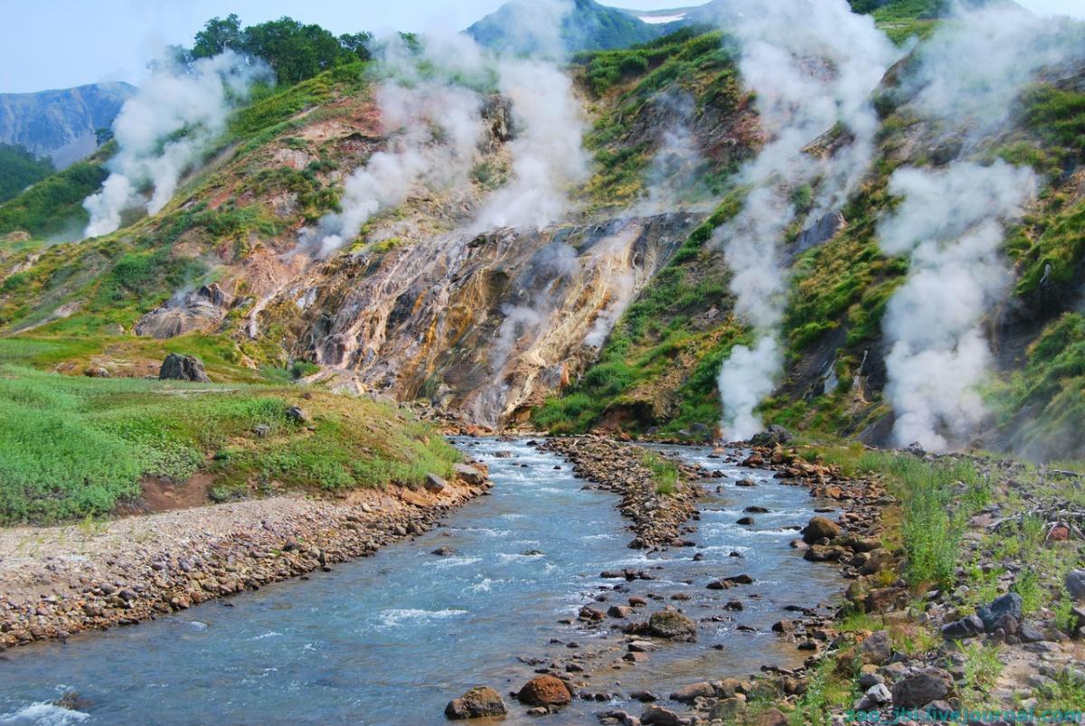 Долина гейзеров. Река с термальными источниками.