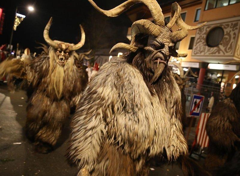 А вот и Крампусы в поисках непослушных детей! австрия, крампус, мир, парад, праздник, фото, шествие
