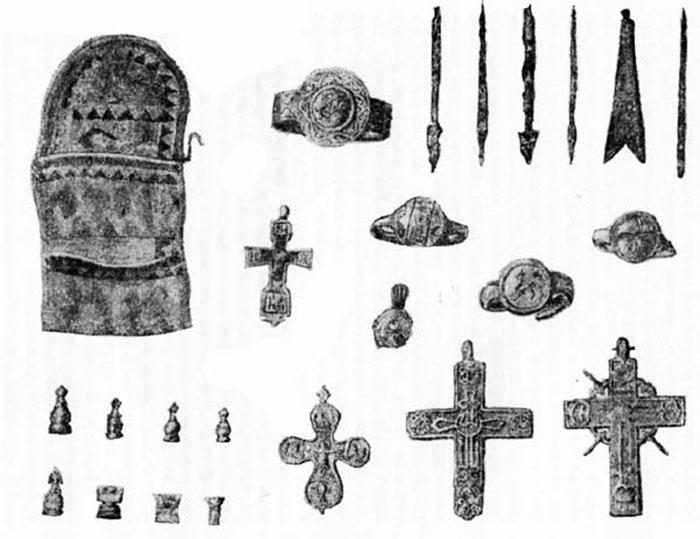 Нательные крестики, ювелирные изделия и другие предметы, найденные в Мангазее. /Фото: из книги М.Белова