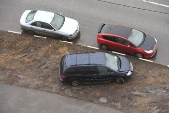 В Екатеринбурге начали устанавливать бетонные заграждения вокруг газонов