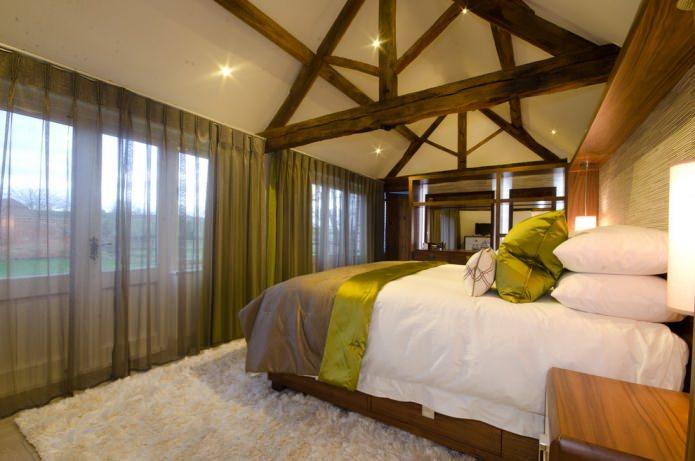 темный тюль в спальне с деревянными балками