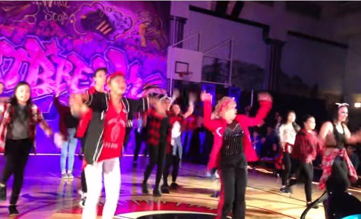 Во зажигает бабуля! 60-летняя учительница показала молодому поколению как делаются настоящие танцы