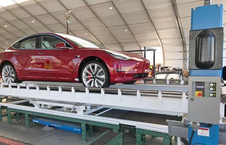 Дожили! Электромобили Tesla теперь собирают вручную в палатке
