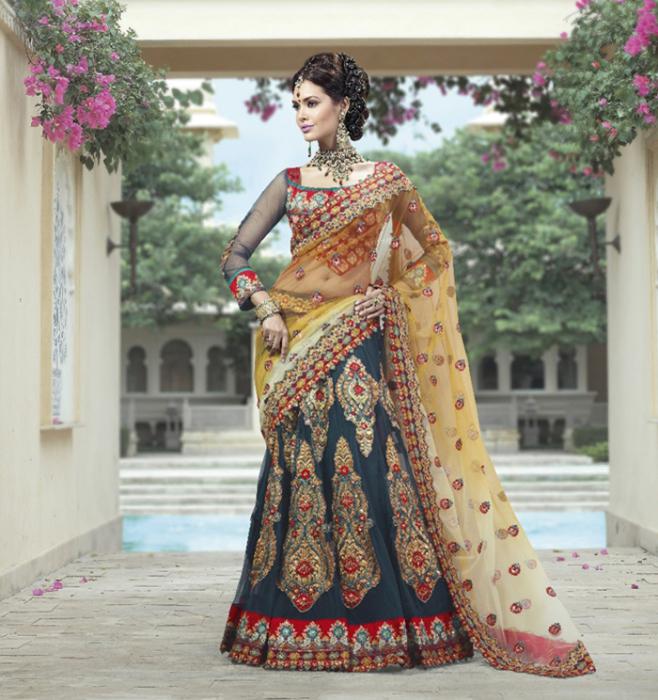 Под сари одеваются короткая блузка чоли и облегающая юбка - павада или шайя
