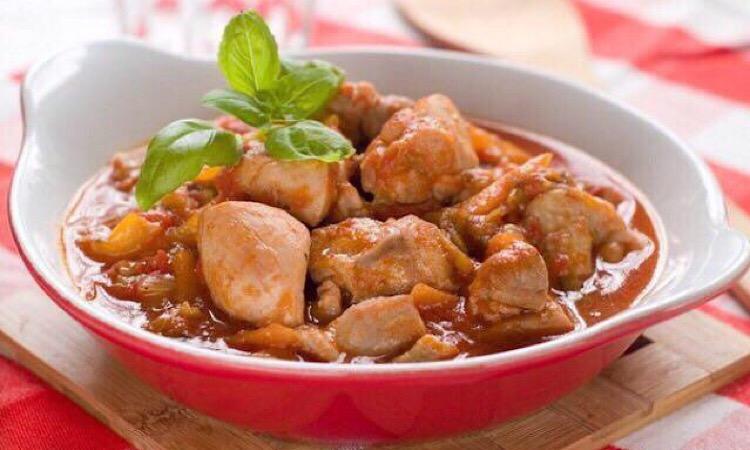 Аппетитное тушеное куриное филе со сладким перцем
