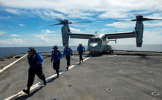 На фото: американский десантный корабль-док Fort McHenry