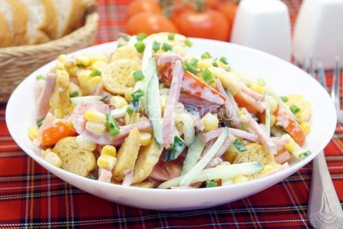 Салат с ветчиной и сухариками «Пикник».