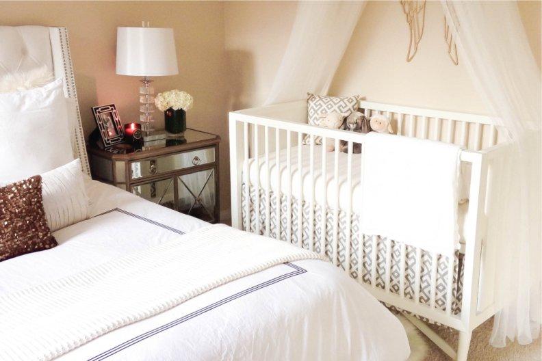 Интерьер спальни с детской кроваткой с фото