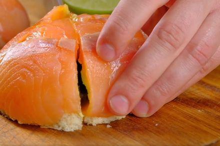Особенный бутерброд с лососем, авокадо и яйцом пашот. Этап: 6