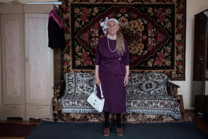 «Такая мода была». Трогательная история 91-летней бабушки через содержимое ее платяного шкафа
