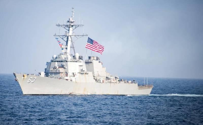 """Китай """"радушно"""" встретил эсминец США, вошедший в спорные воды"""