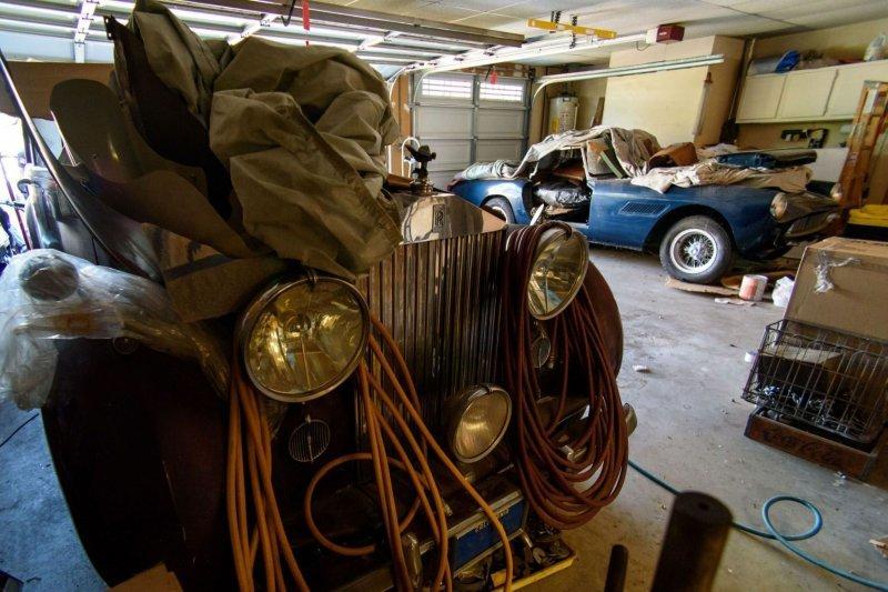 Редкие олдтаймеры среди груды хлама в старом гараже