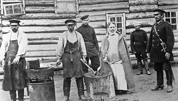 Заковка Софьи Блювштейн в кандалы. Фото из коллекции А.П. Чехова