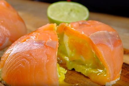 Особенный бутерброд с лососем, авокадо и яйцом пашот. Этап: 7