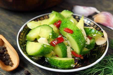 Фото к рецепту: Салат пикантный «мятый огурец»