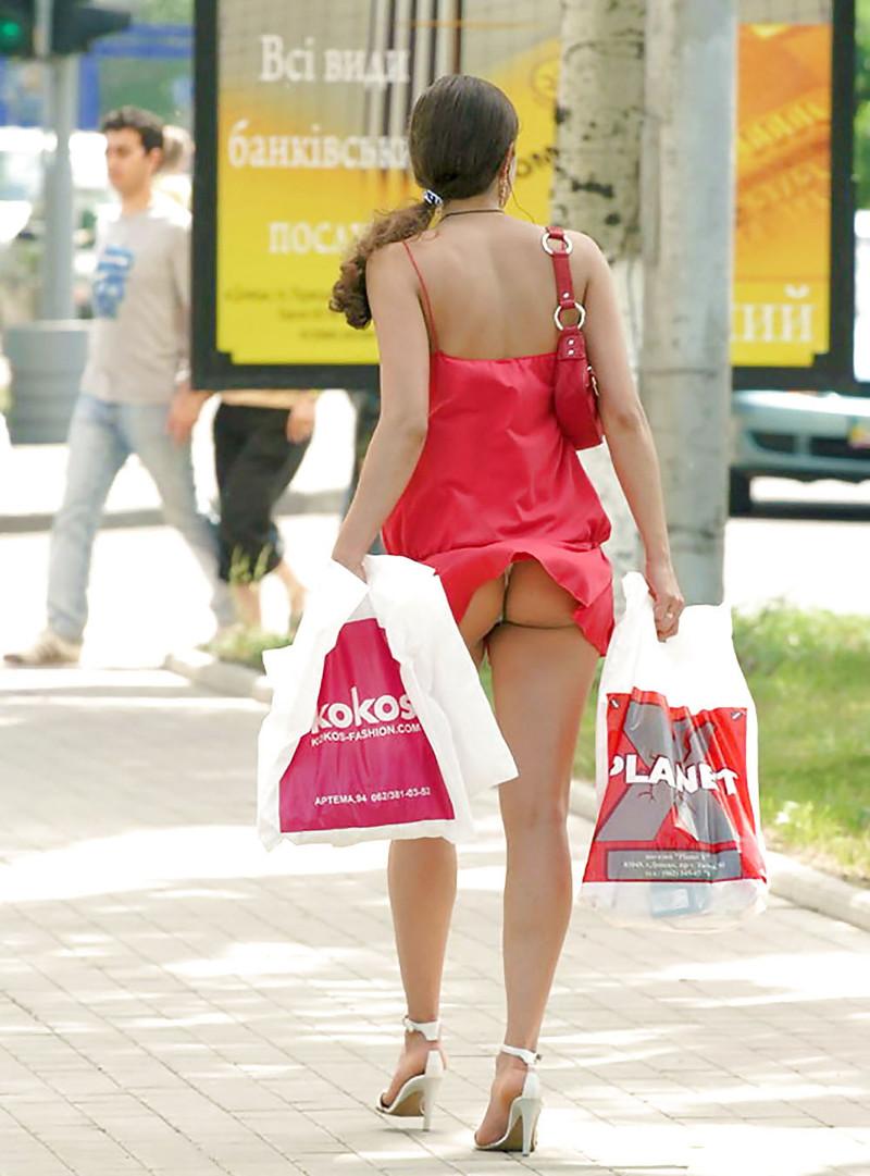 У зрелой женщины задралась юбка